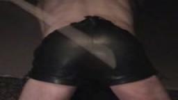Arschvoll auf die blanke Lederhose-3